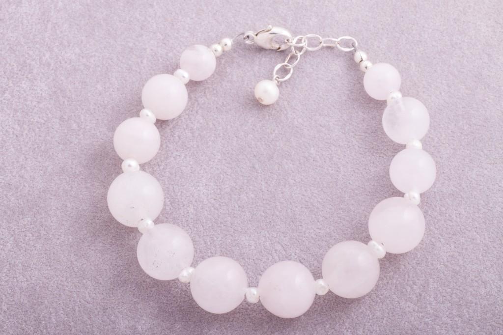 Rozā kvarcs un pērles