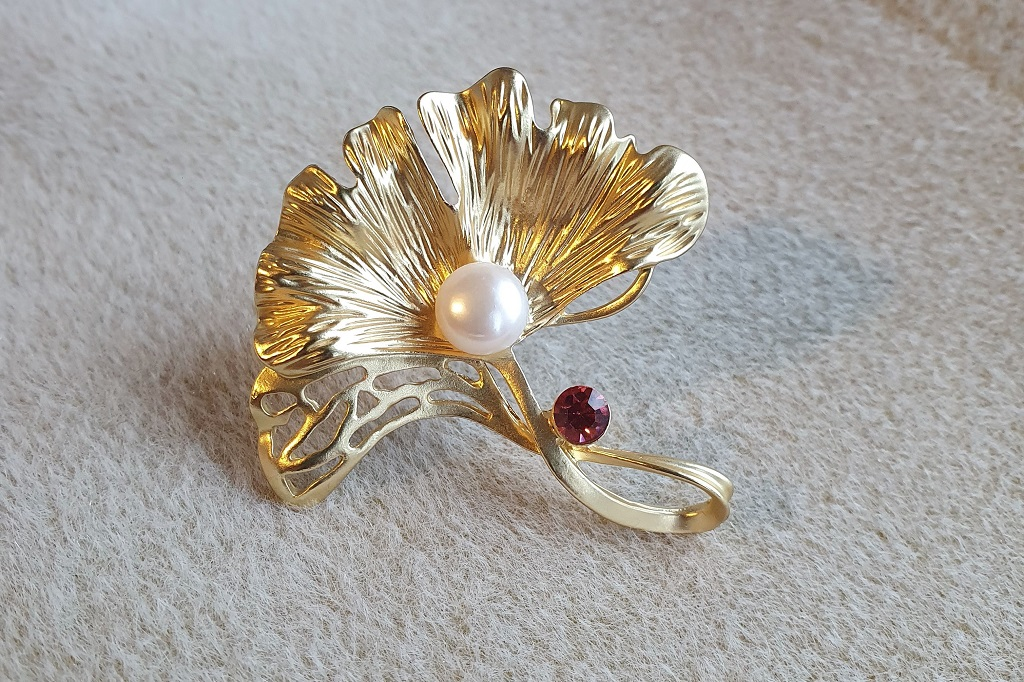 Zeltainā broša ar pērli
