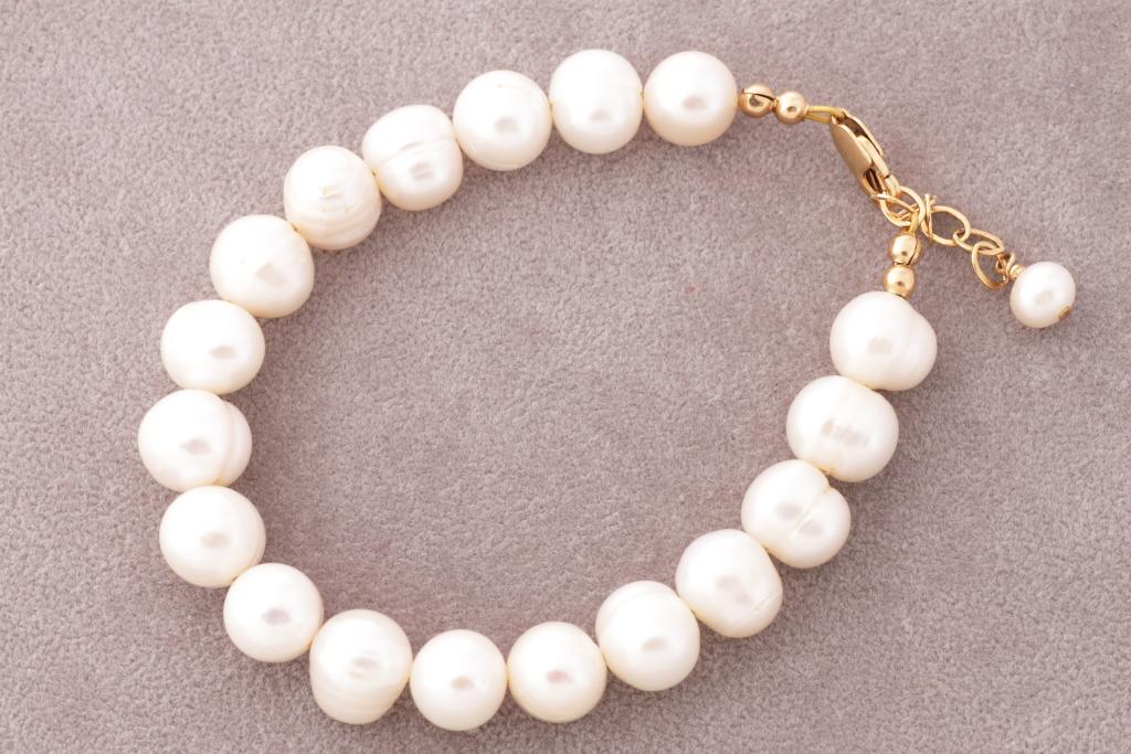 Lavandas toņa pērles ar aprikožu notoni