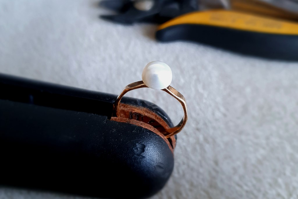 Zelta gredzens ar melno pērli