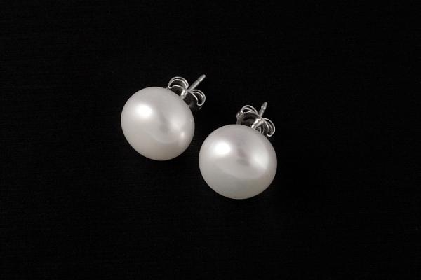 Baltās pērļu podziņas