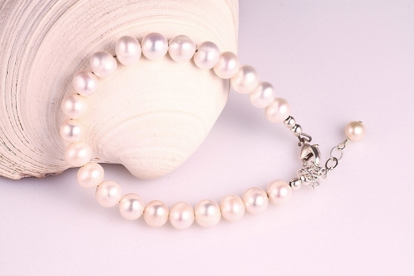 Balto pērļu rokassprādze