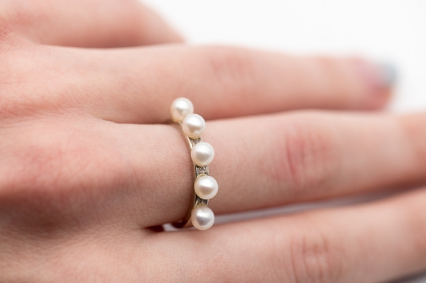 Ring with 5 pearls