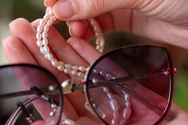 Saulesbriļļu ķēdīte, pērles