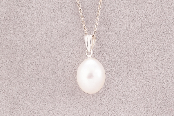 Pendant with a pearl