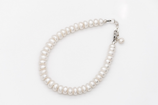 White buttonpearl bracelet