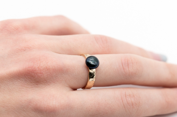 Hammered ring with black pearl