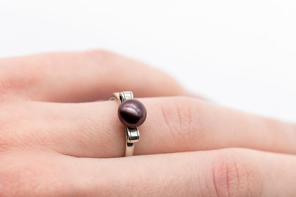 Tumši brūnās pērles gredzens